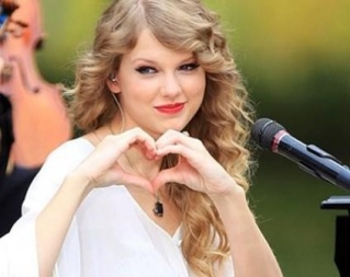 Taylor-singing-Love-Story-taylor-swift-37229353-423-336